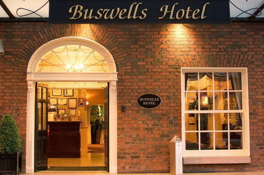 Buswells Hotel ingang