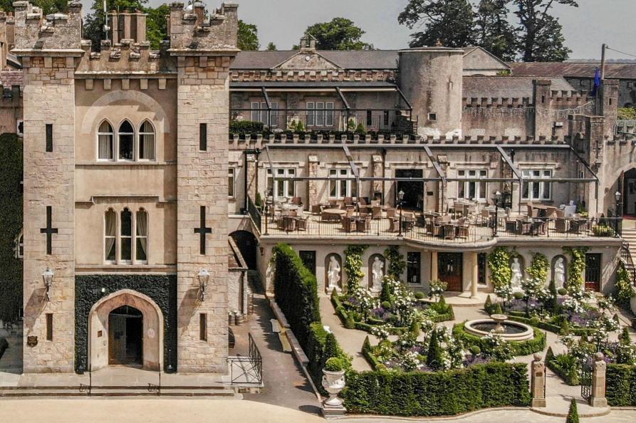 Cabra Castle voorkant